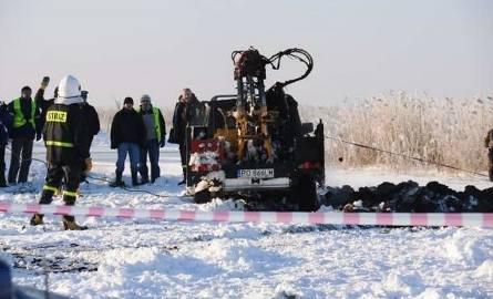 Z Narwi wyłowiono czarnego nissana ze zwłokami geologa w środku. Nurkowie poszukują drugiego ciała (nowe informacje, wideo, zdjęcia)