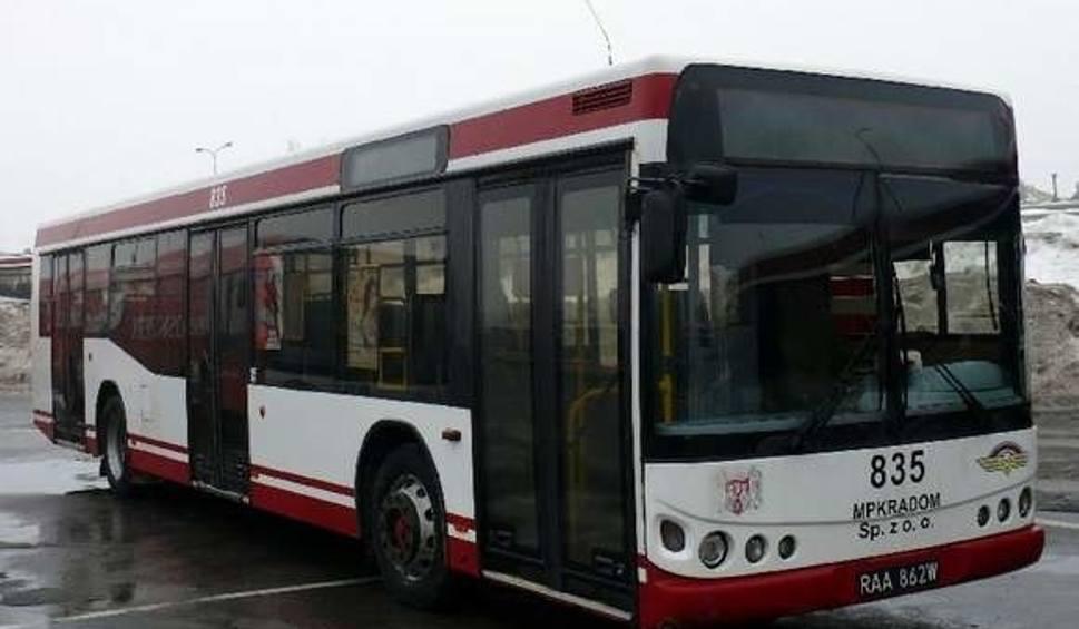 Film do artykułu: MPK Radom. Kierowca autobusu uderzył w przystanek i... pojechał z pasażerami dalej w trasę!