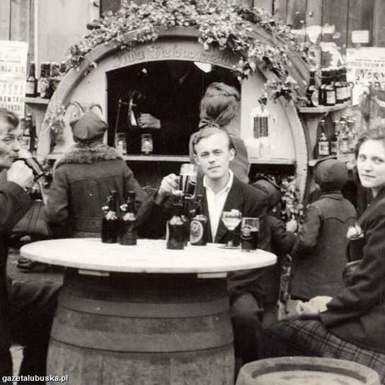 Winobranie 1946 roku: w barze z beczek świętuje rodzina Jankowskich