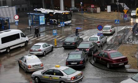 Przyjeżdżający na dworzec autobusowy często nie mają gdzie zaparkować, ponieważ miejsca na Kiss&Ride blokują taksówki