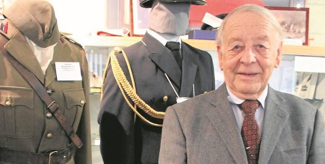 Jerzy Kowalczyk na tle eksponatów muzealnych