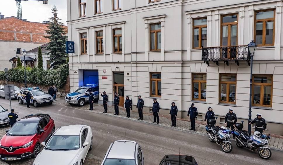 Film do artykułu: Świętokrzyscy policjanci żegnali kolegę zastrzelonego na służbie. W południe zawyły syreny radiowozów