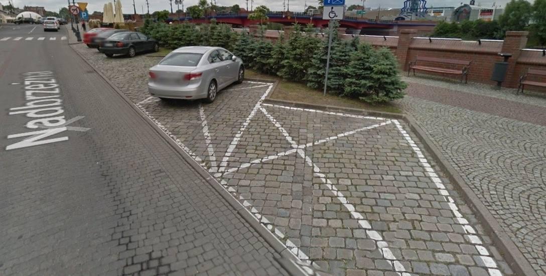 Czytelnik postuluje, by przenieść te dwa miejsca parkingowe