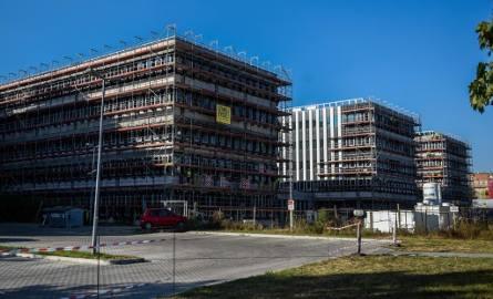 Zespół Jednostek Skarbowych, który powstaje na poznańskiej Wildzie, to prawdziwy olbrzym. Nowe budynki będą miały ponad 20 tys. m kw. powierzchni. To