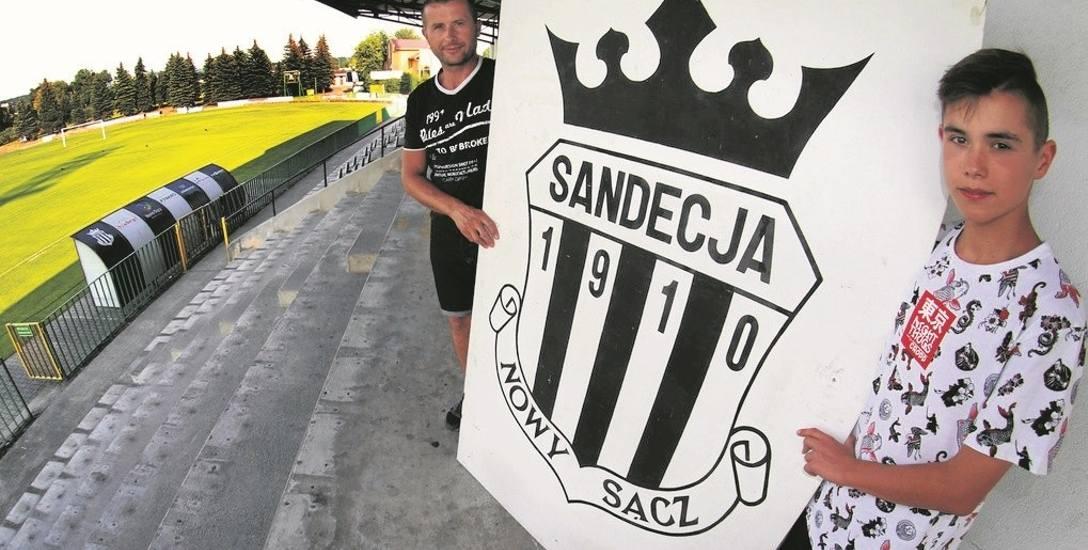 Łukasz Krzykała (z lewej) z synem Jakubem (z prawej) przyjechali, aby zobaczyć zmiany na stadionie