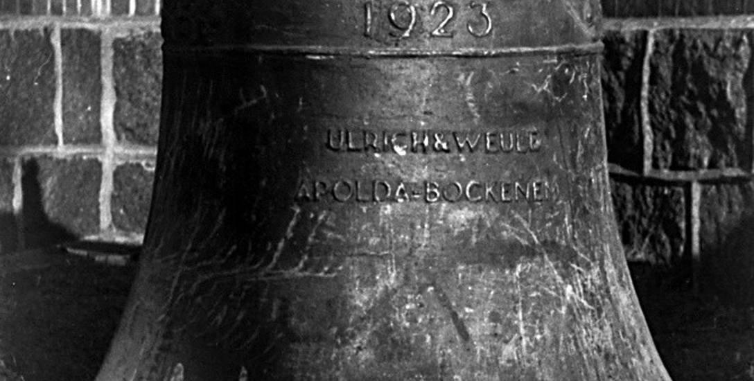 Dzwon z 1923 r. z Zimowisk jest największy z trzech. Z prawej - najmniejszy, sygnaturka z 1934 r.Robiono zakłady o czekolady, o litrówki. Ale dzwon jakby