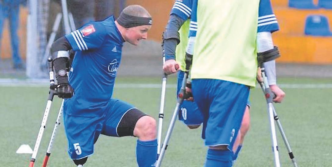 Krzysztof Wrona (z lewej) w 2012 r. stracił nogę. Dziś gra w kadrze Polski w amp futbolu. - Bez wsparcia rodziny byłoby ciężko - mówi.
