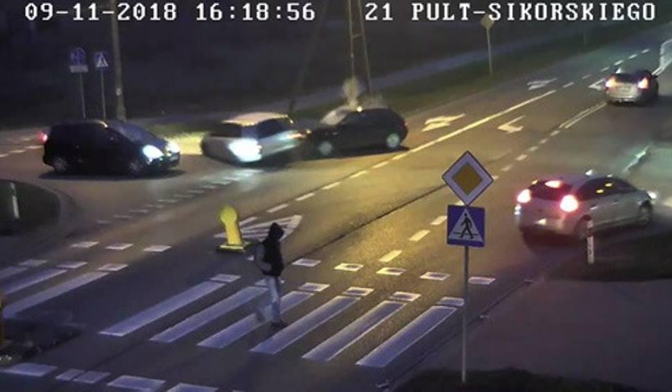 Film do artykułu: Wypadek trzech aut na skrzyżowaniu w Wyszkowie. Winny 18-letni kierowca opla [WIDEO]
