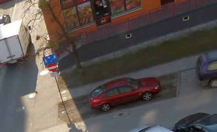 Parkowanie na chama na trawniku wzdłuż ulicy Waszyngtona