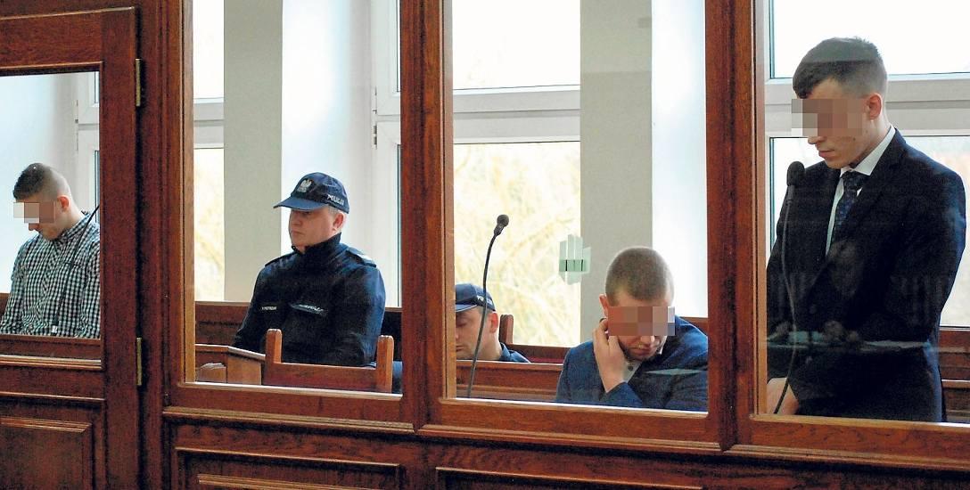 Oskarżonym grozi do 8 lat więzienia. Z lewej fałszywy policjant Norbert P. Kierowcy Oskar W. i Konrad R. odpowiadają z wolnej stopy.