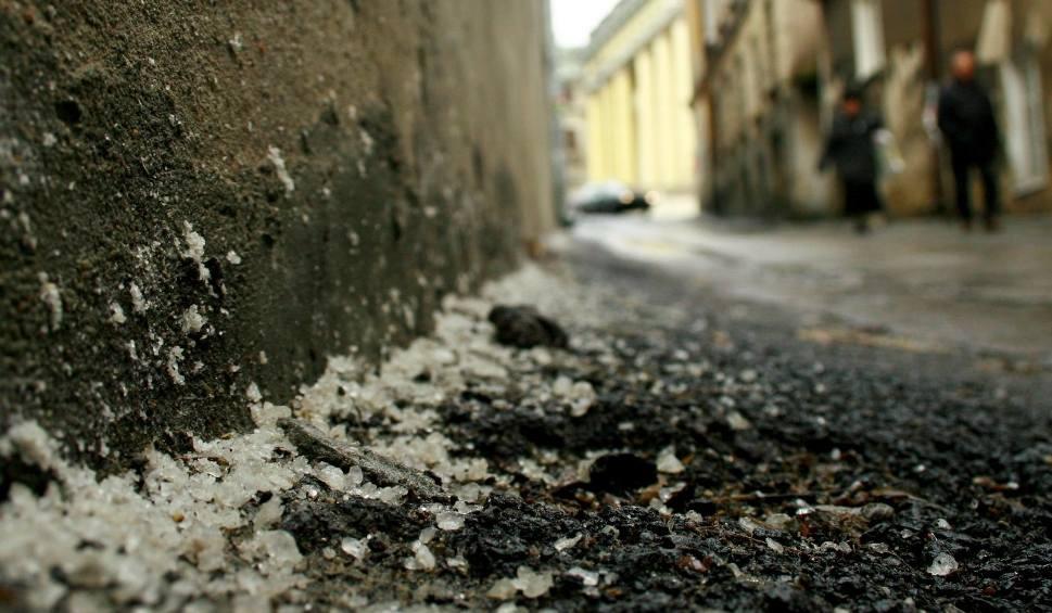 Film do artykułu: Po opadach deszczu i śniegu na drogach będzie ślisko! [OSTRZEŻENIE]