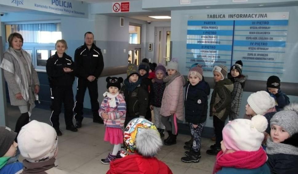 Film do artykułu: Przedszkolaki z Czajkowa odwiedziły komendę policji w Staszowie (ZDJĘCIA)