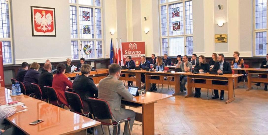 Za przyjęciem podwyżki było 12 radnych. 2 radnych (Ewelina Stach oraz Bartosz Bukowski) było przeciwnych