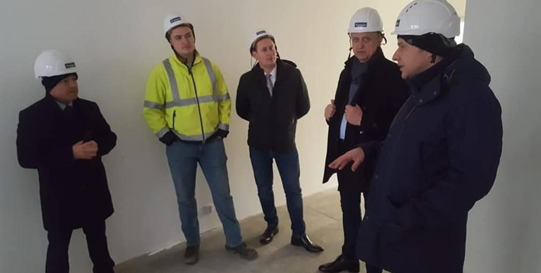 Burmistrz Bartczak oraz przewodniczący rady Wojciech Sendera w Warszawie oglądali budowę mieszkań w nowej technologii.