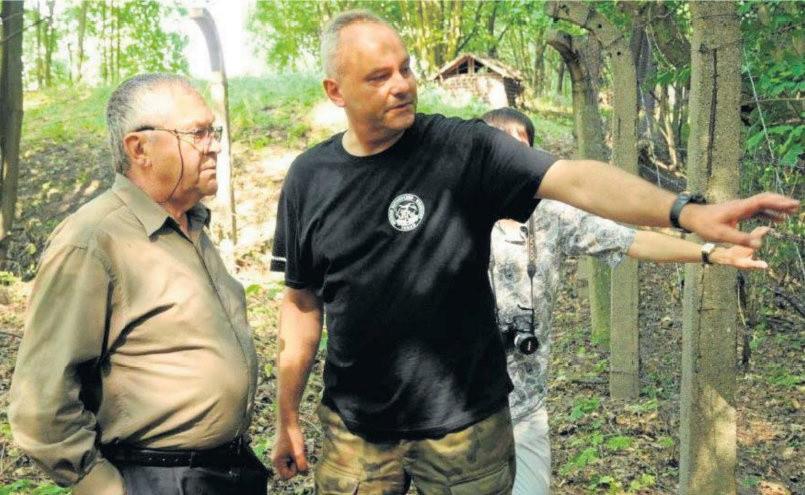 Prof. Adamiszyn i Piotr Olecki na terenie dawnego obozu jenieckiego.