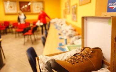 Według jednych stawianie butów na stole przynosi pecha, inni uważają, że to zwiastuje kłótnię. Mówi się też, że właściciel tychże butów zbankrutuje,
