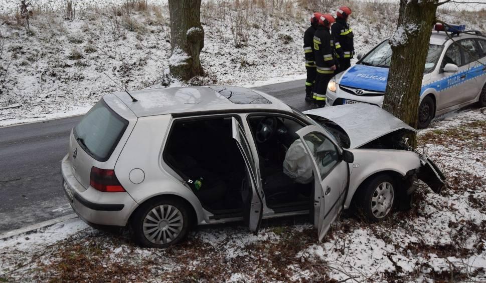 Film do artykułu: Wypadek pod Chlebowem w gm. Miastko [16.12.2018]. Samochód wjechał w drzewo na drodze powiatowej [zdjęcia, wideo]