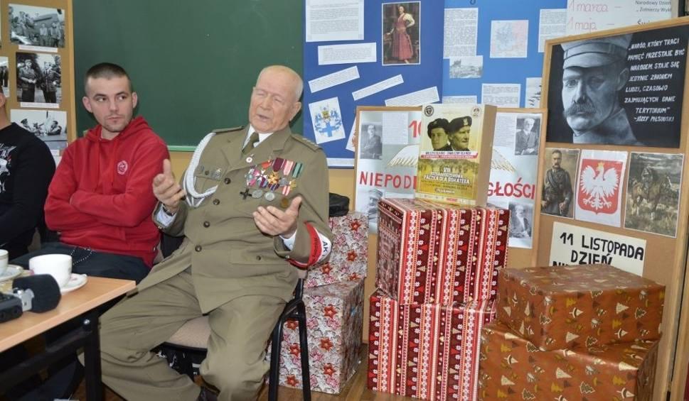 """Film do artykułu: 92 - letni kombatant, kapitan Daniel Nowakowski, spotkał się z młodzieżą z II Liceum w Skarżysku. Otrzymał od uczniów """"Paczkę dla Bohatera"""""""