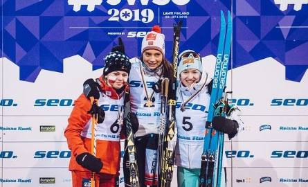 Monika Skinder (z lewej) na podium mistrzostw świata juniorów ze srebrnym medalem za drugie miejsce w sprincie