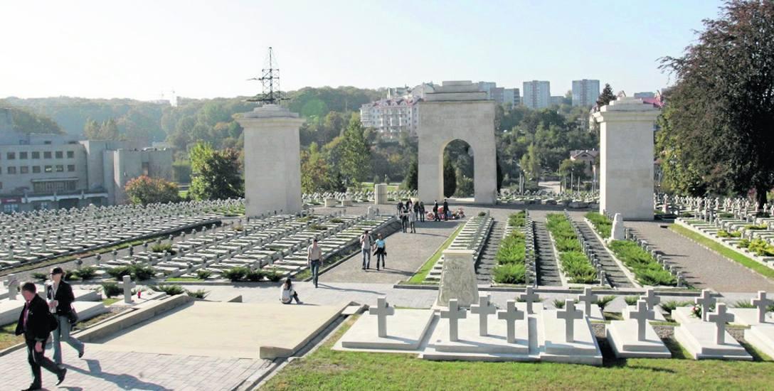 Cmentarz Orląt Lwowskich, gdzie doszło do incydentu. Studentom groziło więzienie, skończył się na grzywnie
