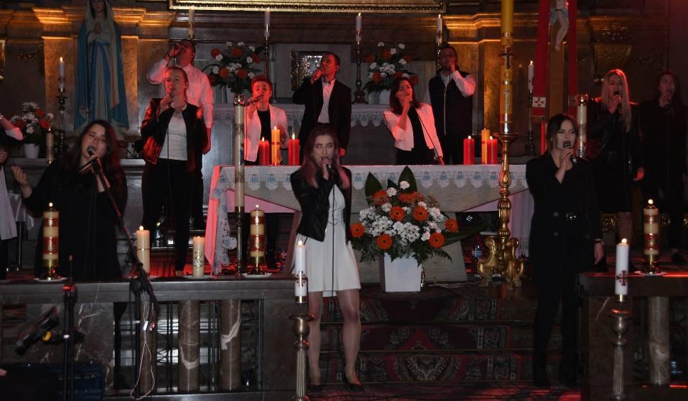 Film do artykułu: W niedzielę kolejne Uwielbienie w Kielcach. Tym razem online. Są znani wykonawcy [ZDJĘCIA, ZAPIS TRANSMISJI]