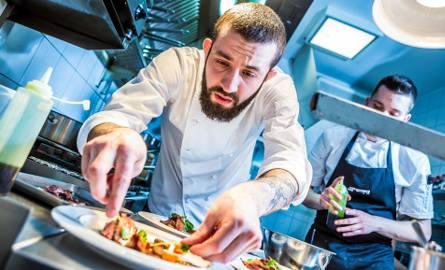 Polacy coraz częściej jadają poza domem, a ich wydatki na posiłki rosną.