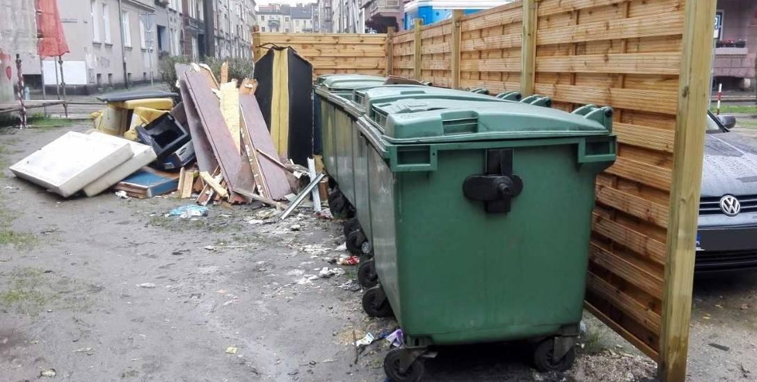 Mieszkańcy ulic Solskiego i Krasińskiego gromadzą odpady zarówno za, jak i przed drewnianym ekranem. Rzeczywiście wygląda to fatalnie