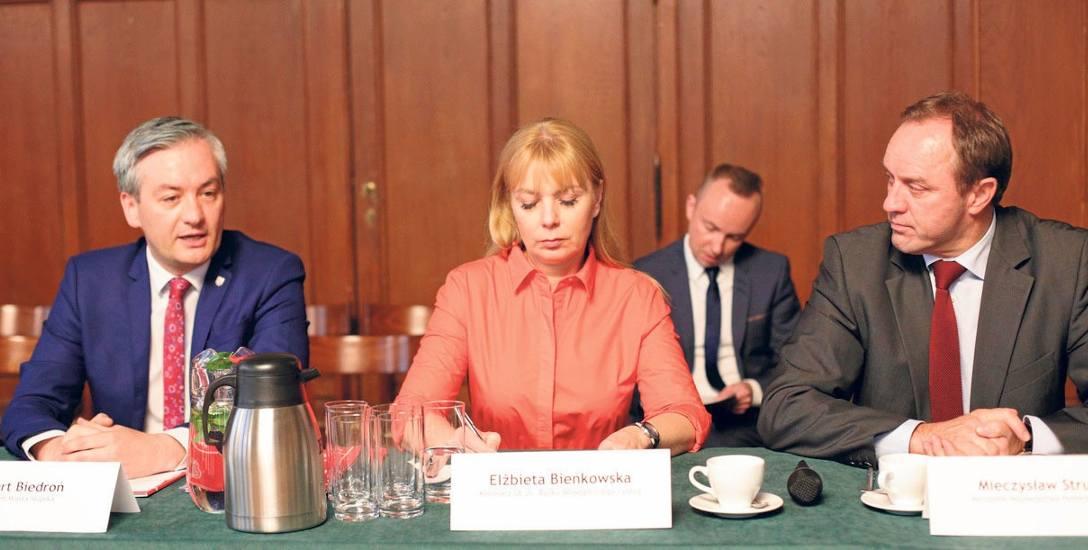 Elżbieta Bieńkowska, unijny komisarz, w słupskim ratuszu siedziała między prezydentem Słupska Robertem Biedroniem (z lewej) a Mieczysławem Strukiem,