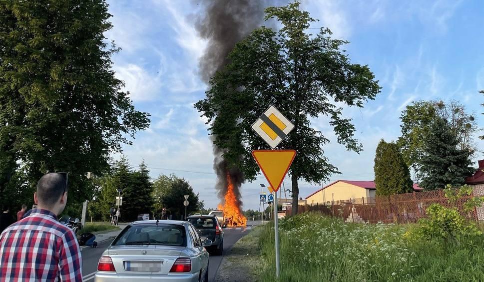 Film do artykułu: Wypadek w powiecie kraśnickim. Po zderzeniu samochodu z motocyklem pojazdy stanęły w ogniu. Zobacz zdjęcia i wideo