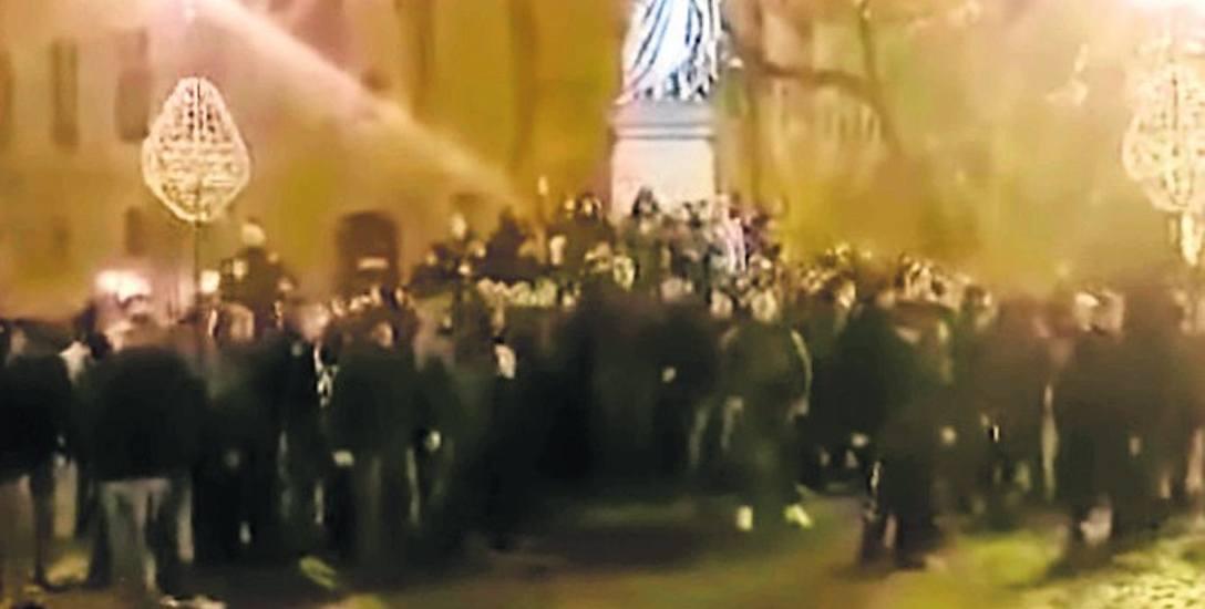 """Kibole ogłosi siebie """"władcami Torunia"""" i dali krótki """"koncert""""  wulgarnych kibicowskich przyśpiewek w samym centrum miasta"""