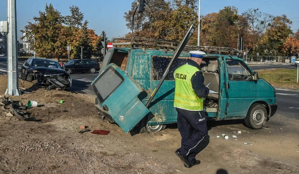 Film do artykułu: Poważny wypadek na rondzie Grunwaldzkim w Bydgoszczy. Koziołkował bus