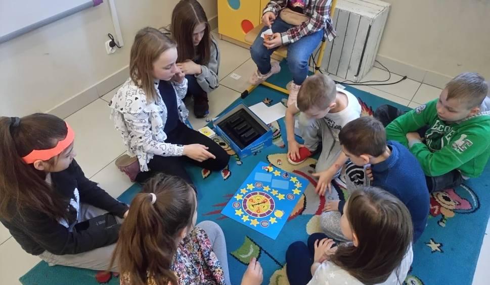 Film do artykułu: Wszechnica w Społecznej Szkole Podstawowej nr 11 w Białymstoku. Uczniowie w roli nauczycieli. Dzień naukowy w szkole (zdjęcia)