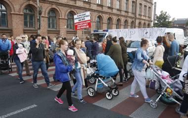 """Matki z dziećmi zawiązały ruch społeczny """"Rodzić po łódzku"""" i protestowały przed siedzibą łódzkiego NFZ oraz w centrali. Zapowiadają, że nadal będą walczyć"""