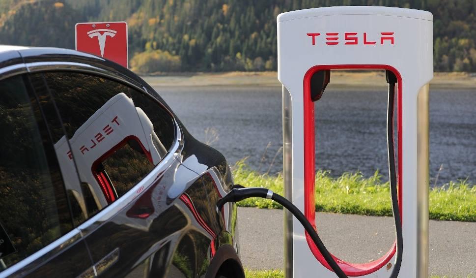 Film do artykułu: Tesla wybuduje gigantyczną fabrykę pod Berlinem. Polacy będą mieli to niej pół godziny jazdy. Niektórzy już czekają na nowe miejsca pracy