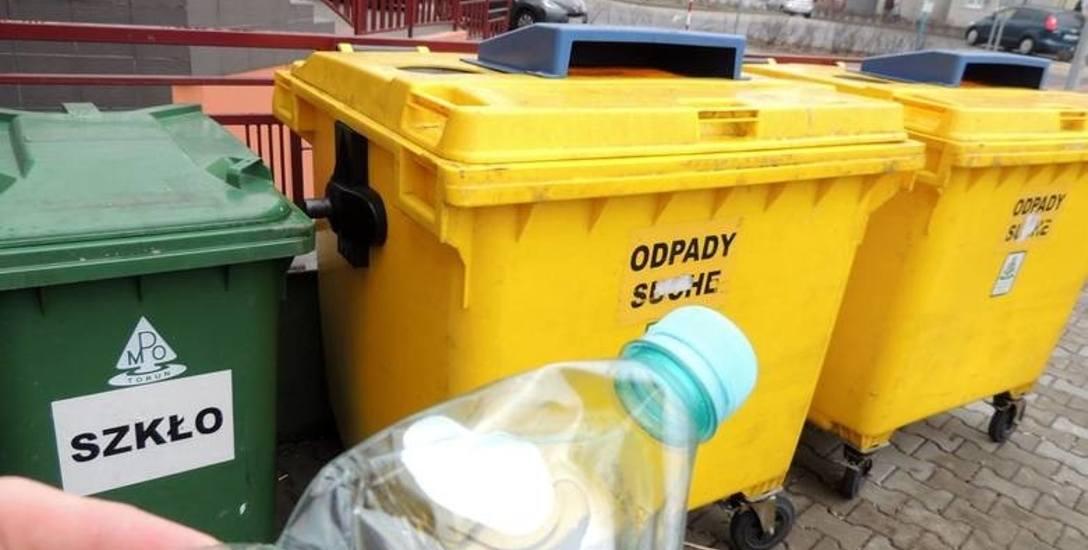 Nie wszyscy skrupulatnie dzielą śmieci. Do kubłów trafia mieszanka, największy problem jest na dużych osiedlach
