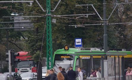 W Poznaniu słupy trakcyjne są szare. Ten na Królowej Jadwigi jest zielony. Ktoś zapomniał go pomalować?