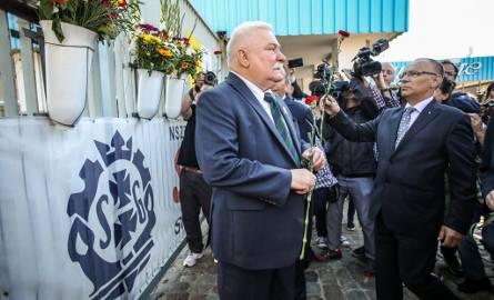 L. Wałęsa po złożeniu kwiatów pod stocznią: Nie o taką demokrację walczyłem [WIDEO, ZDJĘCIA]