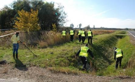 Policjanci przeszukiwali miejsce, w którym znaleziono ukryte ciało kobiety