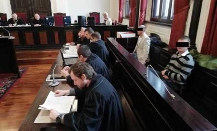 Oskarżonym Łukaszowi J., Łukszowi T. i Wojciechowi J. groziło nawet do 15 lat więzienia za zmuszanie do niewolniczej pracy