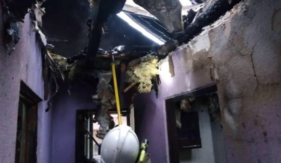 Film do artykułu: Pożar domu w Bukowej. Ogień zniszczył dach i wnętrze budynku