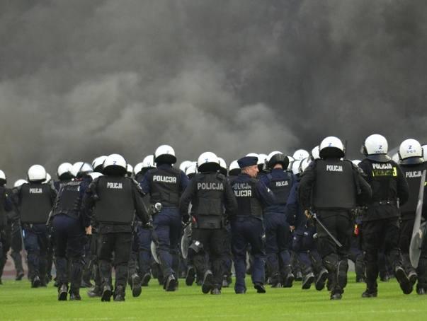 Lech Poznań: Kolejne osoby zatrzymane i z zarzutami po wtargnięciu na boisko podczas meczu z Legią