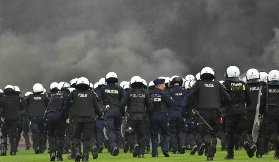 Film do artykułu: Lech Poznań: Kolejne osoby zatrzymane i z zarzutami po wtargnięciu na boisko podczas meczu z Legią