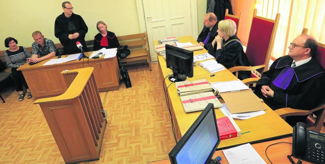 14 czerwca Sąd Okręgowy w Toruniu ogłosił prawomocny wyrok dla Marii J. Stawiła się pani Helena (z lewej) i Robert Łapacz (obok). Prawniczka nie prz