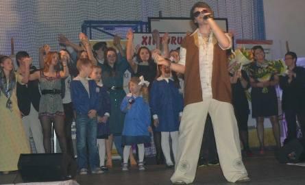 Młodzież z włoszczowskich szkół zgotowała paniom niezapomnianą imprezę w Powiatowym Centrum Kulturalno-Rekreacyjnym.