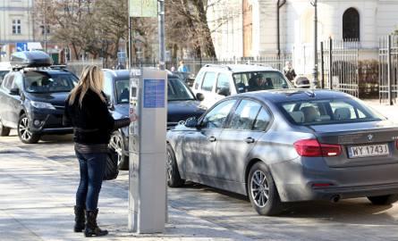 """Zmiany w strefie płatnego postoju w Piotrkowie. """"Zaopatrzenie"""" już nie zaparkuje za darmo. Kierowcy nadużywali tej możliwości"""