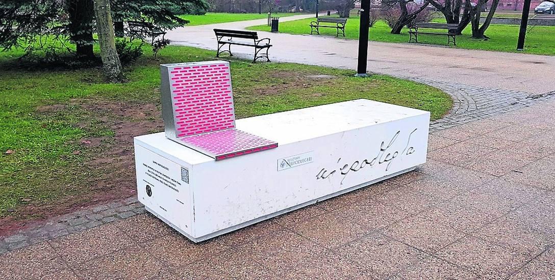 Ławka niepodległości stanęła właśnie w Parku Orła Białego w Białogardzie. Takich urządzeń powstało w całej Polsce jedynie 100, w regionie koszalińskim
