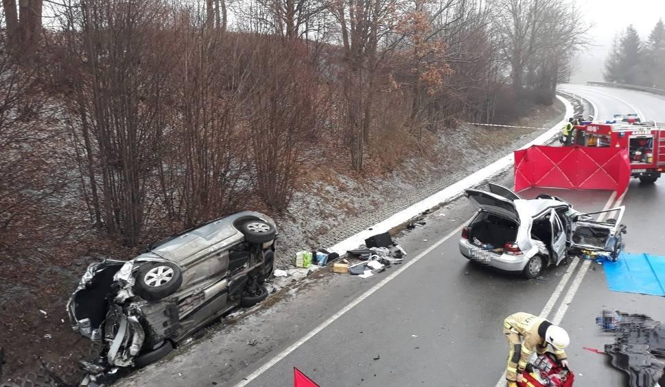 Film do artykułu: Śmiertelny wypadek w Żukowie 31.01.2019. Czołowe zderzenie na DK nr 7, dwie osoby nie żyją! Jedna osoba trafiła do szpitala [zdjęcia, wideo]