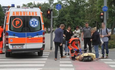 Wypadek koło Sky Tower. Rowerzysta ranny, kierowca go nie zauważył