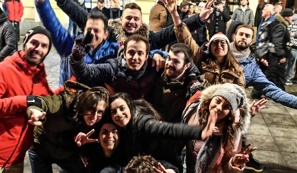 Film do artykułu: Z szampanem i fajerwerkami za płotem - bydgoski sylwester na Starym Rynku