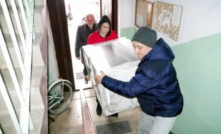 """Wolontariusze """"Szlachetnej Paczki"""" zawieźli w sobotę i niedzielę dary do rodzin. Osoby, które zgodziły się na kontakt z darczyńcami"""